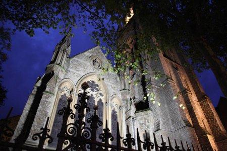 Photo pour Église de nuit à la lumière des lanternes à Londres - image libre de droit