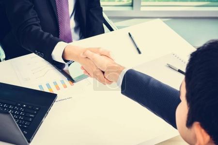 Foto de Apretón de manos de hombres de negocios en la oficina - hacer acuerdo y tratando conceptos - Imagen libre de derechos