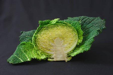Photo pour Moitié chou vert coupé sur fond noir - image libre de droit
