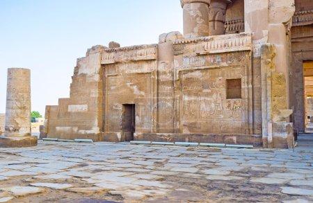 Photo pour Les murs de l'ancien temple kom Ombo recouvert de reliefs préservés, représentant les dieux égyptiens, Egypte. - image libre de droit