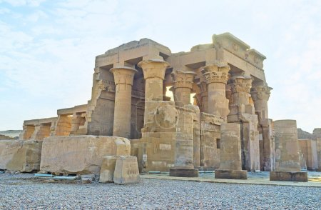 Photo pour Le site archéologique de l'unique temple Kom Ombo, divisé en deux parties égales, dédié aux dieux Sobek et Horus, Egypte. - image libre de droit