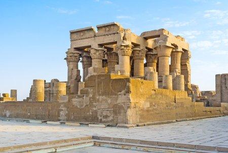 Photo pour Le temple égyptien unique de Kom Ombo possède un plan parfaitement symétrique, car il contient les sanctuaires et les salles dédiées à deux dieux différents - Sobek et Horus. - image libre de droit