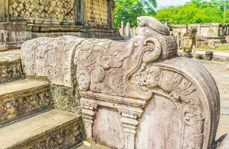 Les dragons de Pierre sculptés ornent traditionnellement les rails à la
