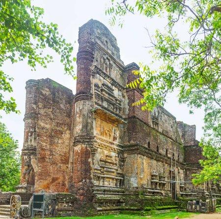 Photo pour Les ruines de Lankathilaka Image Maison avec d'énormes piliers en brique, sculptures décoratives sur les murs et statue géante de Bouddha à l'intérieur de la maison, Alahana Pirivena, Polonnaruwa, Sri Lanka . - image libre de droit