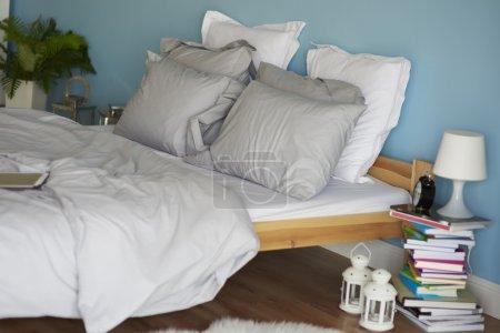 Photo pour Chambre entièrement meublée intérieur de la maison - image libre de droit