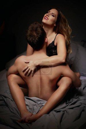 Photo pour Jeune beau couple aimant en sous-vêtements au lit - image libre de droit