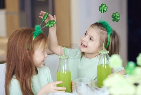 Photo pour Enfants avec cocktail un amusant - image libre de droit