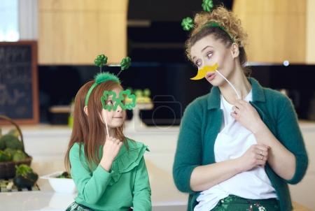 Photo pour Joyeuse mère et la fille jouir ensemble - image libre de droit