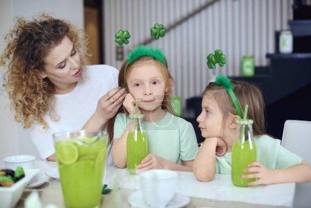 Photo pour Mère avec enfants de passer du temps dans la cuisine - image libre de droit