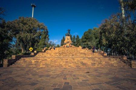 Photo pour Mendoza - 5 juillet 2017: Statue commémorative au Cerro de la Gloria à Mendoza, Argentine - image libre de droit
