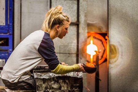 Photo pour Souffler verre professionnel caucasien femme travaillant sur un vase . - image libre de droit
