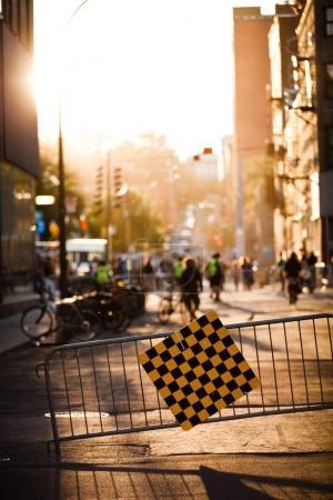 Foto de Bloqueó la calle y cerca durante la puesta de sol debido a de un Festival reservado para los peatones. - Imagen libre de derechos