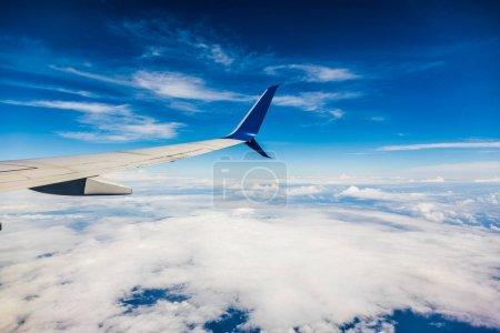 San Andres Island, Colombie - Circa mars 2017: Jet d'Air Transat à voilure et blanc cloudscape dans le ciel bleu de la fenêtre de l'avion