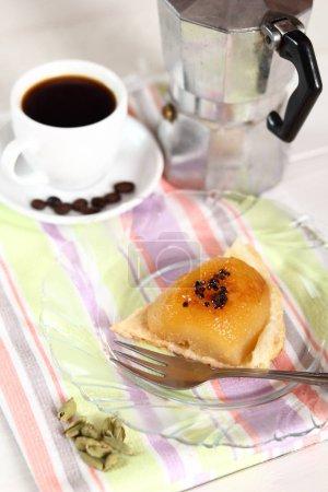 Photo pour Tarte de poire Tatin avec Cardamom, Moka Pot et Coffee Cup - image libre de droit