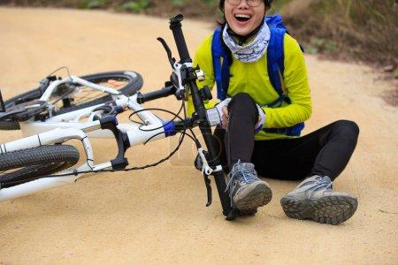 female cyclist getting injured