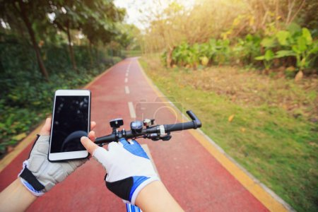 Cyclist use smartphone for navigation