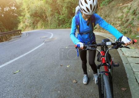 Photo pour Vélo de montagne CIRC. jeune cycliste sur piste - image libre de droit