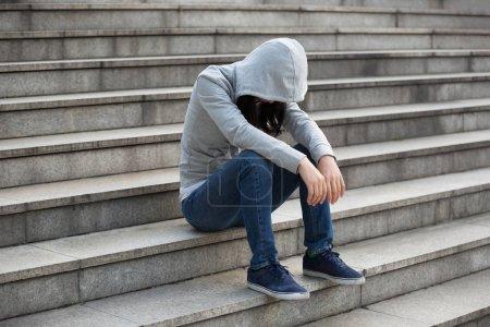 Photo pour Femme contrariée assis seul dans les escaliers de la ville - image libre de droit