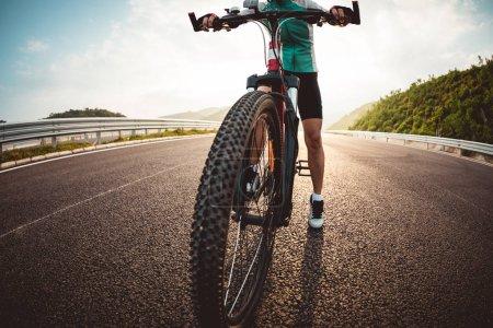 Photo pour Femme cycliste vélo sur l'autoroute - image libre de droit