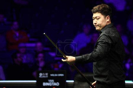 Photo pour Yan Bingtao of China considers a shot to Shaun Murphy of England at the semifinal of 2020 Welsh Open in Cardiff, the United Kingdom, 15 February 2020 - image libre de droit