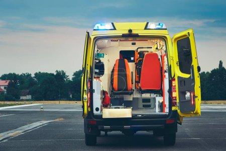 Photo pour Voiture d'ambulance du service médical d'urgence dans la nuit. - image libre de droit
