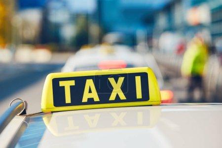 Photo pour Voitures de taxi dans la rue en journée ensoleillée. Prague, République tchèque - image libre de droit