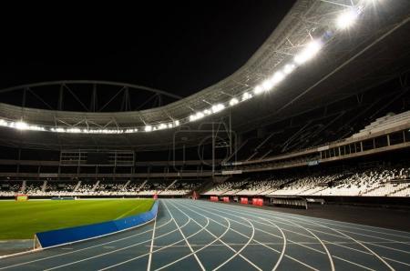 Photo pour Vue grand angle du stade éclairée par des projecteurs la nuit - image libre de droit
