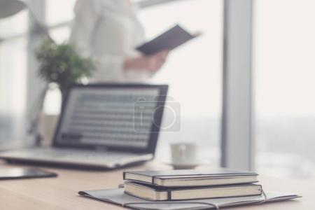 Photo pour Lieu de travail de bureau avec ordinateur portable et table en bois - image libre de droit