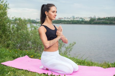 Photo pour Femme en position de prière méditant dans la nature - image libre de droit