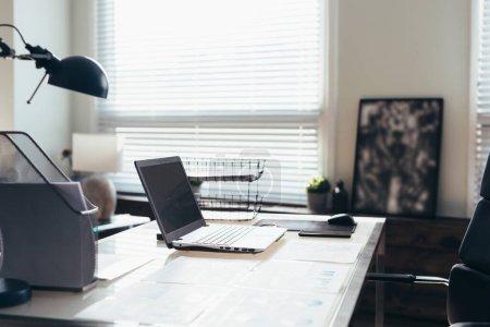 Photo pour Lieu de travail à domicile avec ordinateur portatif sur table. Travail à domicile - image libre de droit