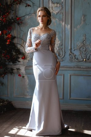 Photo pour Jeune mariée blonde femme dans une robe de mariée bleu clair, portrait de beauté de mode à l'intérieur - image libre de droit
