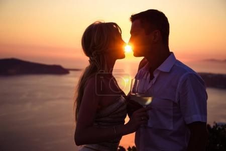 Photo pour Belle mariée et marié dans leur jour de mariage d'été sur l'île grecque Santorin - image libre de droit