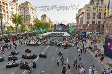 Photo pour Kiev, Ukraine - 6 mai 2017: Gens visite fan zone durant l'Eurovision Song Contest 2017 dans le Village de Eurovision sur la rue Khreshchatyk dans le centre de Kiev, capitale de l'Ukraine. - image libre de droit