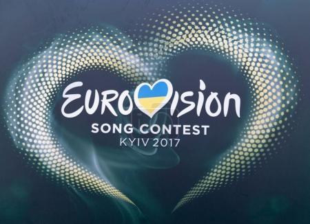 Photo pour KYIV, UKRAINE - 06 MAI 2017 : Concours Eurovision de la chanson 2017 logo en gros plan dans le village Eurovision rue Khreshchatyk dans le centre de Kiev, capitale de l'Ukraine . - image libre de droit