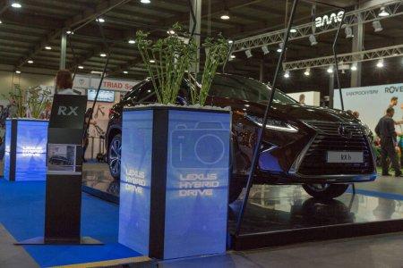Гибридный Lexus стенд автомобиль на