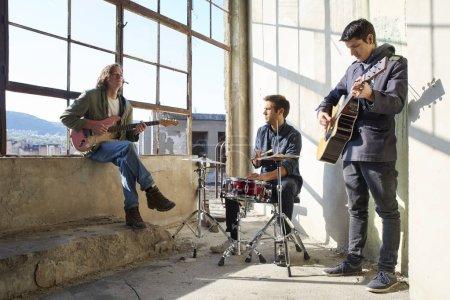 Photo pour Plan complet d'un groupe de rock s'entraînant à jouer de la musique . - image libre de droit