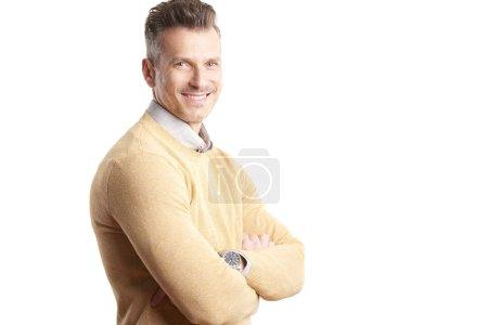 Photo pour Portrait d'un homme d'affaires occasionnel debout avec les bras croisés sur fond blanc isolé avec espace de copie . - image libre de droit