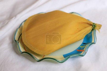 Pamonha, maïs sucré brésilien avec garniture au fromage sur nappe blanche. Pamonha nourriture typique du Brésil lors de fêtes rurales en Juin et Juillet .