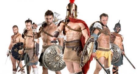 Photo pour Groupe de gladiateurs posant isolés en blanc - image libre de droit