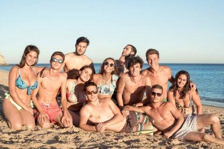Photo pour Groupe d'amis adolescents heureux à la plage - image libre de droit