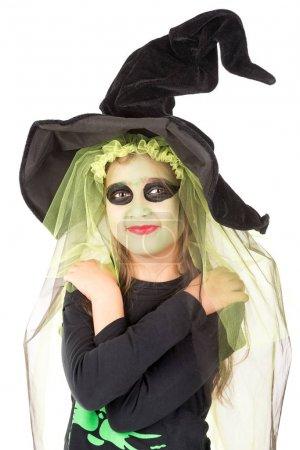Photo pour Fille avec peinture sur le visage et costume de sorcière Halloween sur un fond blanc - image libre de droit