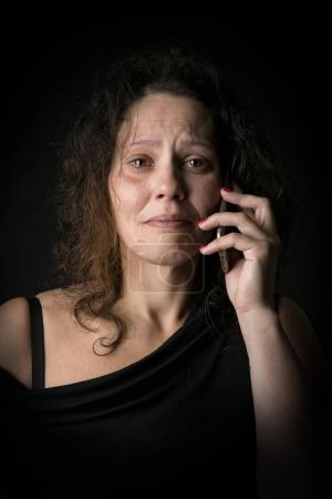 Photo pour Femme effrayée appelant à l'aide, victime de violence domestique - image libre de droit