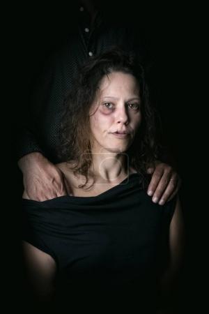 Photo pour Femme maltraitée avec mari, victime de violence conjugale - image libre de droit