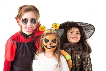 Photo pour Groupe d'enfants avec peinture sur le visage et costumes d'Halloween - image libre de droit