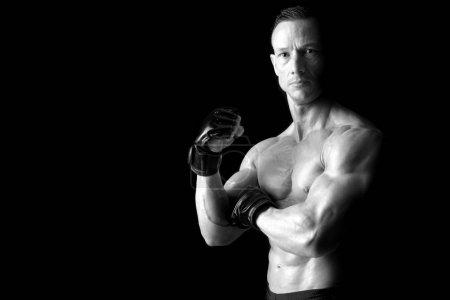 Photo pour Strong Mixed Martial Arts chasseur isolé en noir - image libre de droit