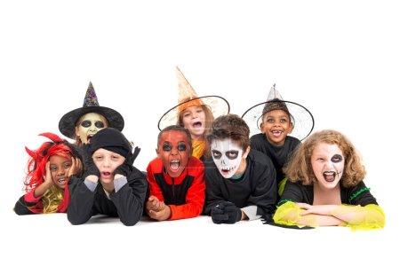 Photo pour Enfants avec peinture sur le visage et costumes d'Halloween isolés en blanc - image libre de droit