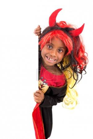 Photo pour Fille avec costume d'Halloween sur un tableau blanc - image libre de droit