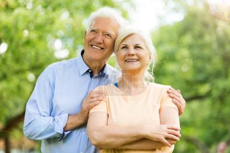 Photo pour Couple d'aînés âgés heureux souriant - image libre de droit