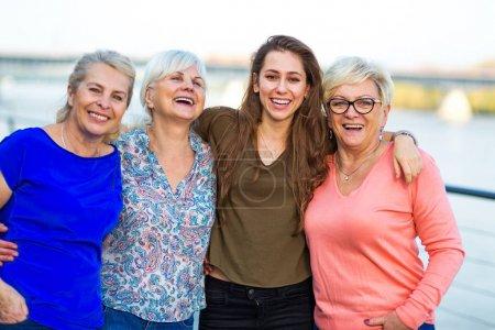 Photo pour Groupe de femmes souriant à l'extérieur - image libre de droit
