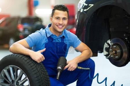 Photo pour Mécanicien automobile en atelier - image libre de droit